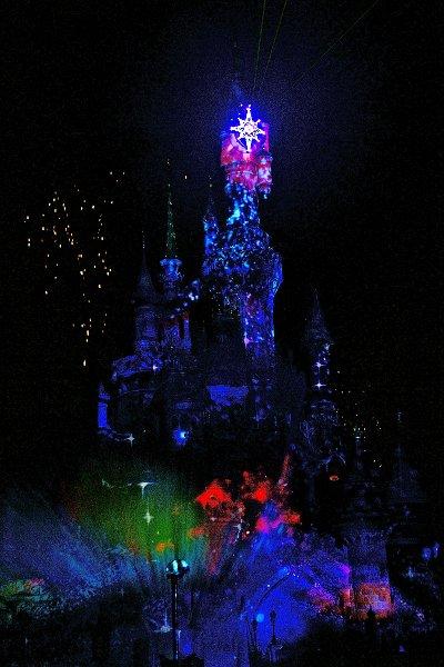 Disney Dreams erleuchtet abends das Dornröschenschloss mit tausenden Farben, Feuerwerk, und Disney Momenten