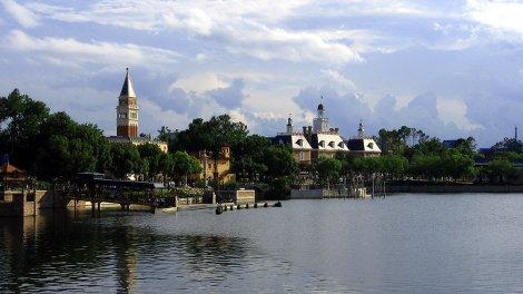 Worldshowcase Lagune in Epcot, Walt Disney World. Links: der italienische Pavillon, rechts: der amerikanische Pavilion
