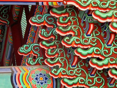 Die farbenfrohen Verzierungen am Königspalast in Seoul