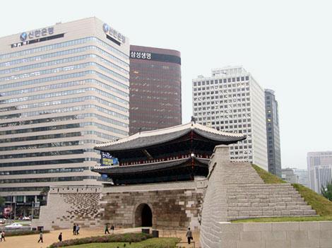 Eines der mächtigen alten Stadttore von Seoul ist heute von Wolkenkratzern umgeben