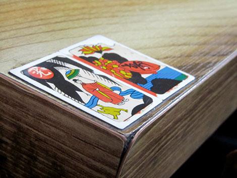 Zwei Spielkarten mit koreanischen Motiven kennzeichnen die Tische in diesem Barbecue-Lokal in Seoul