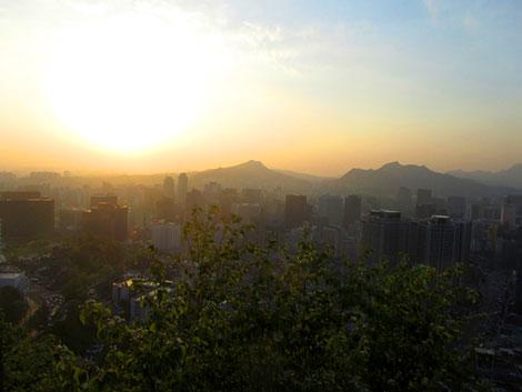 Die Hochhäuser Seouls bei Sonnenuntergang. Gesehen vom Namsan Hügel.