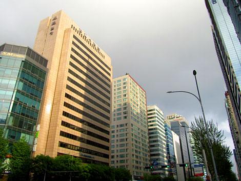 Hochhäuser entlang einer breiten Straße in Gangnam