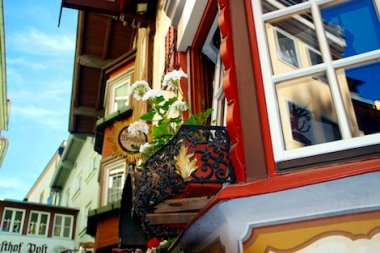 Der Blumenkasten vor dem Fenster eines Wirtshauses