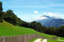 Bergpanorama, Alm, Wald und Wanderweg