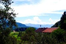 Blick über das Inntal, mit Bauernhof rechts