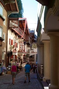 Eine Gasse mit hübschen Wirtshäusern ... und Toursten
