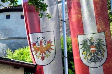 Die Flaggen Tirols und Österreichs vor der Festung Kufstein