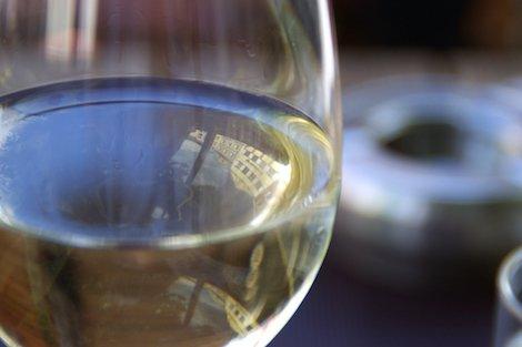 Ein Glas Weißwein (Nahaufnahme)