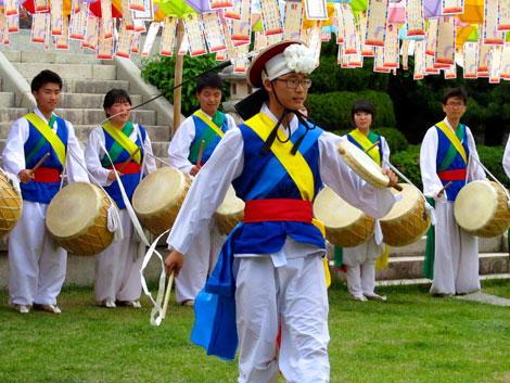 Jugendliche tanzen in traditionellen Kostümen, Beomeosa, Südkorea