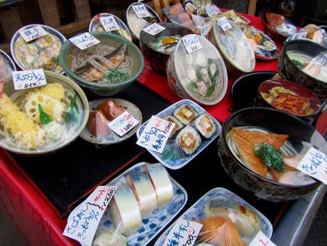 Plastikmodelle von Gerichten vor einem Gasthaus in Kyoto