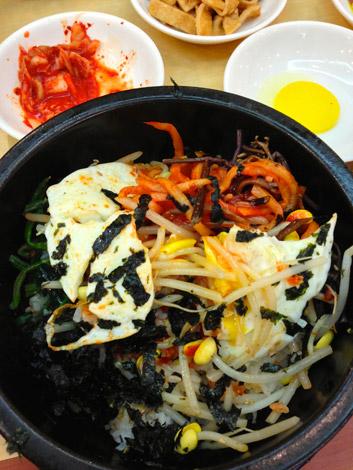 Reis mit viel Grünzeug und mehr: Bibimbap, Seoul