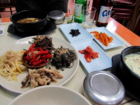 Abendessen mit Wald-Gemüse in Seoraksan, Südkorea
