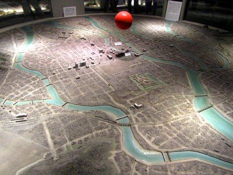 Modell der Zerstörungs von Hiroshima im Peace Memorial Museum, die rote Kugel in der Mitte zeigt Ort und Höhe der Atombombenexplosion