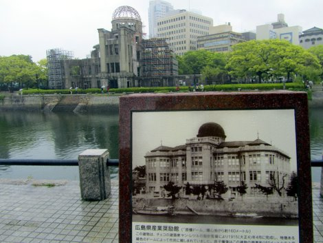 Die Ruine des A-Bomb Domes in Hiroshima jenseits des Flusses