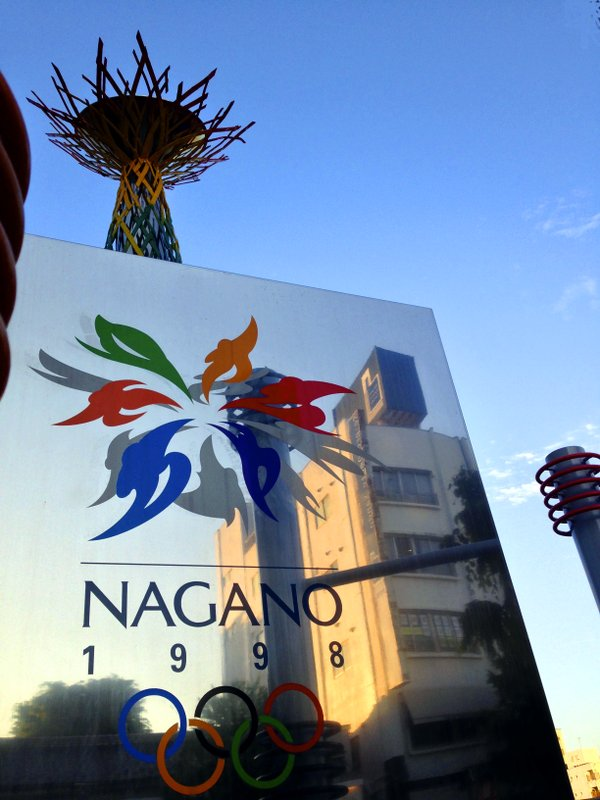 Die erloschene Fackel und ein Gedenkstein mit olympischen Logo erinnern an die Winterspiele 1998 in Nagano