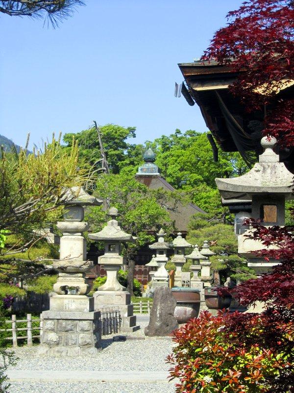 Steinerne Laternen im Garten des Tempels von Nagano