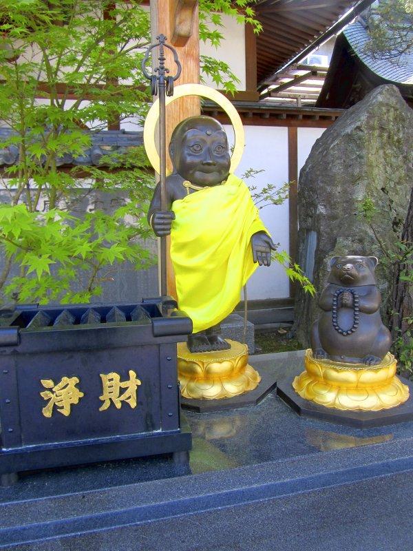 Kleine Statuen des Priesters und des Marderhundes aus der Legende um den Tempel von Nagano