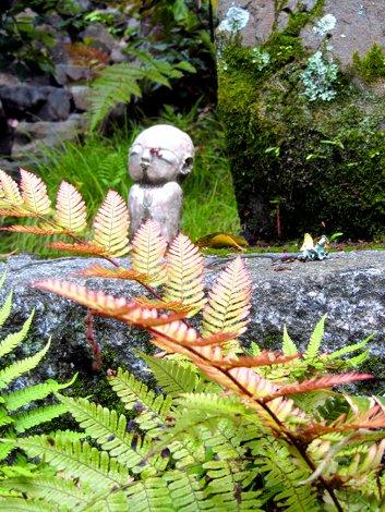 Kleine, versteckte Steinfiguren im Garten des Eikan-do Tempels in Kyoto