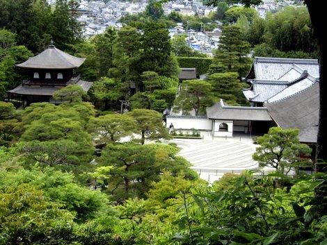 Ginkakuji, das Silberne Haus - ein Tempel und seine gepflegten Gärten in Kyoto, von oben