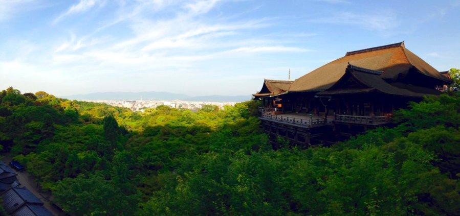 Die Haupthalle des Kiyomizu-dera Tempels in Kyoto thront über dem bewaldeten Berghang