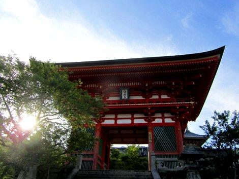 Das rot-weiße Eingangstor des Kiyomizu-dera Tempel in Kyoto