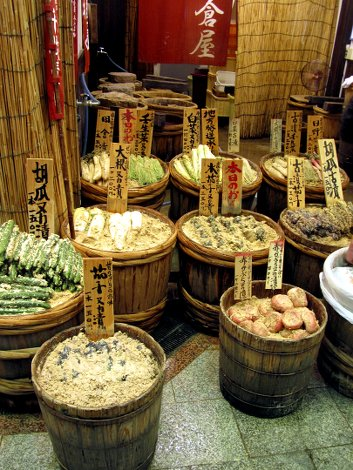 Eingelegtes Gemüse, schwer zu erkennen was genau, auf dem Nishiki Markt in Kyoto