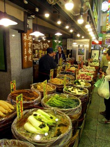 Eingelegte Gemüse-Sorten liegen in Fässern auf dem Nishiki Markt von Kyoto
