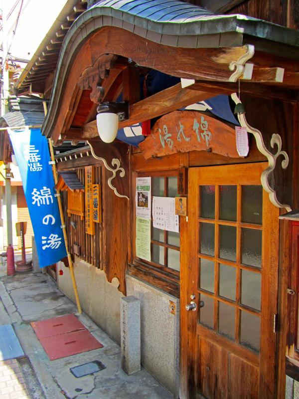 Eine elegante Holztür ist der Eingang zu einem der 9 Badehäuser in Shibu Onsen