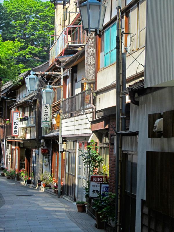 Traditionelle Häuserfronten in dem kleinen Touristen-Ort Shibu Onsen