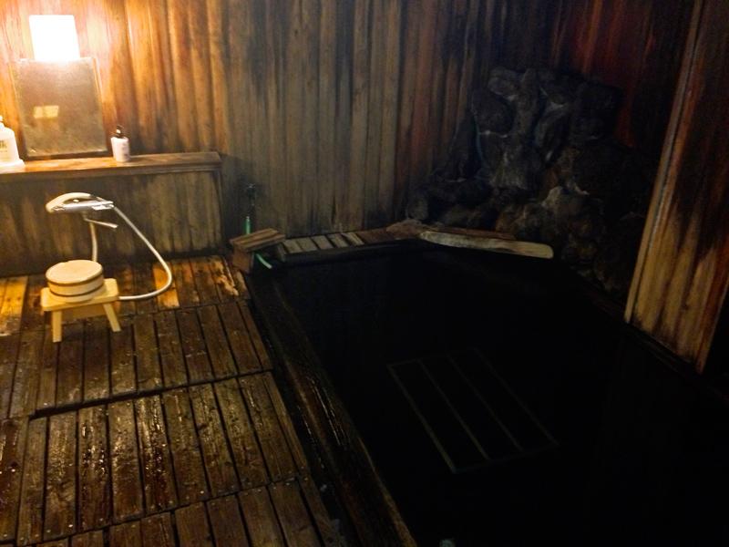 Das von heißem Quellwasser gespeiste Onsen-Bad im Keller meines Ryokan - der Raum ist ganz mit Holz ausgekleidet