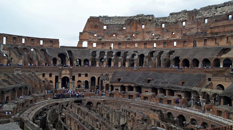 Im Inneren des Kolosseums, Blick auf die Ruinen der Ränge und den Gewölben, die einst unterhalb der Arena lagen