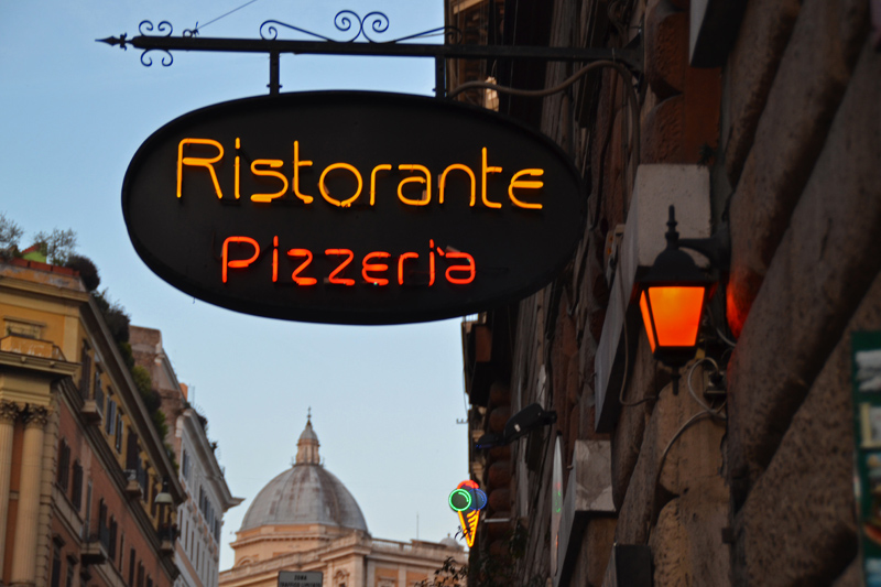 """Ein erleuchtetes Neon-Schild einer """"Ristorante Pizzeria"""""""