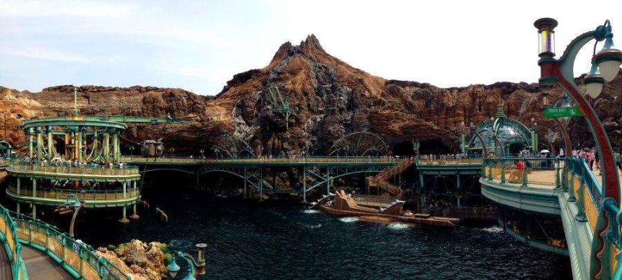 Im Inneren des Vulkankraters: hier liegt Kapitän Nemos U-Boot, die Nautilus