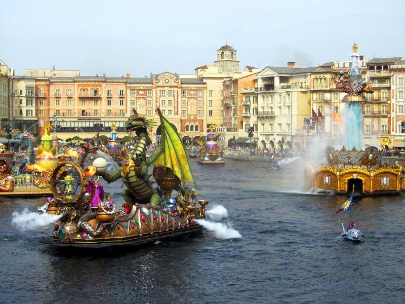 Große Show auf der Lagune vor italienischer Kulisse: mit Wasserfontänen und Booten, auf denen Drachen-Puppen stehen