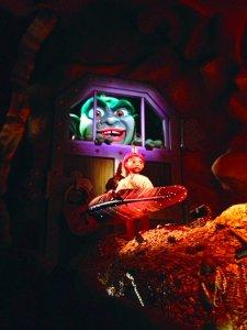 Sindbad's Storybook Adventure: die Figur von Sindbad öffnet mit einer übergroßen Feder eine Verlies-Tür, hinter der ein grüner Riese wartet