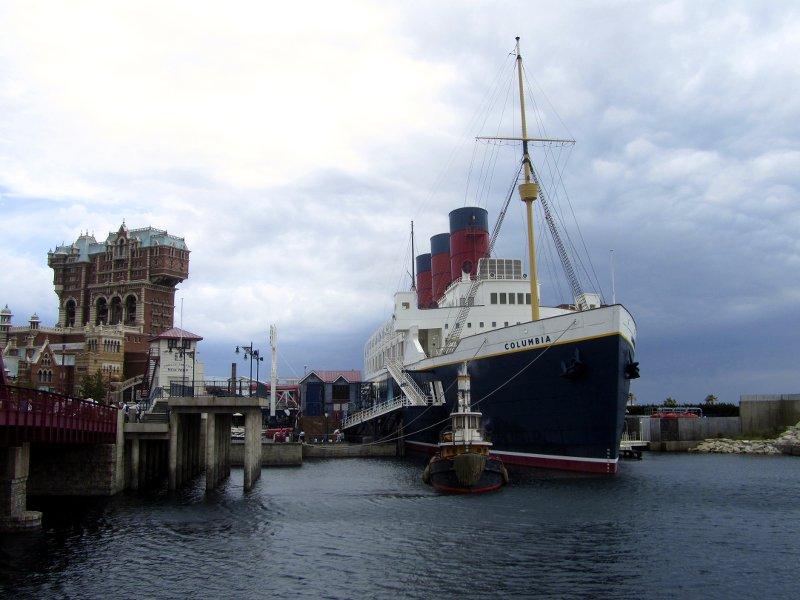 Links: der neogothische Tower of Terror, rechts: der schwarz-weiße Überseedampfer S.S. Columbia (Tokyo DisneySea)