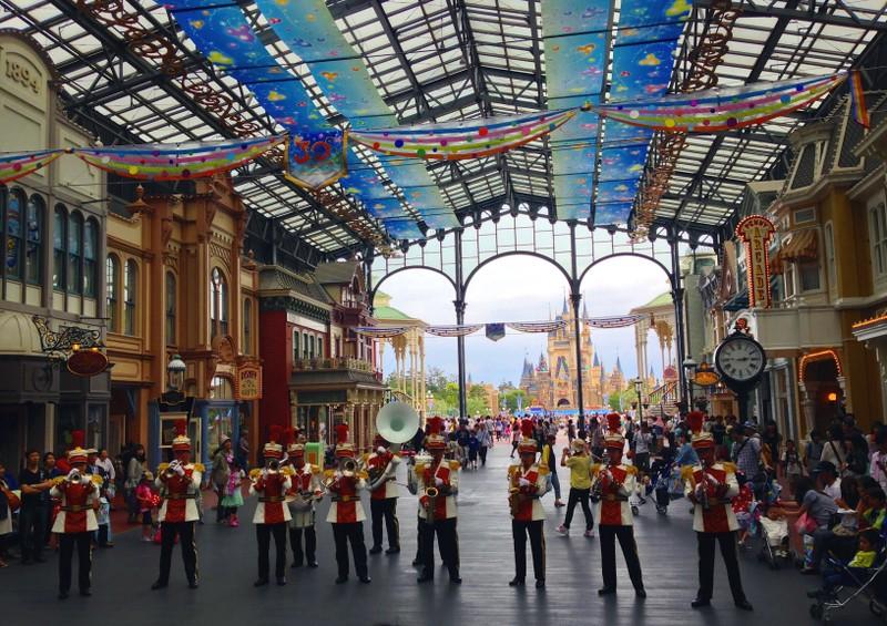 Eine Marching Band spielt im World Bazaar, Tokyo Disneylaynd's überdachte Main Street