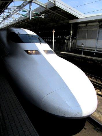 Die formschöne Spitze eines weißen Shinkansen-Zugs, im Bahnhof stehend