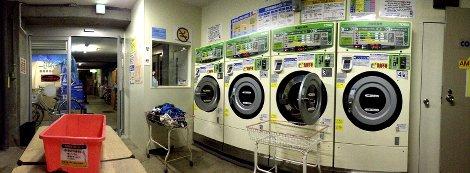Eine Reihe von Münz-Waschmaschinen in einem einfachen Waschsalon in Kyoto