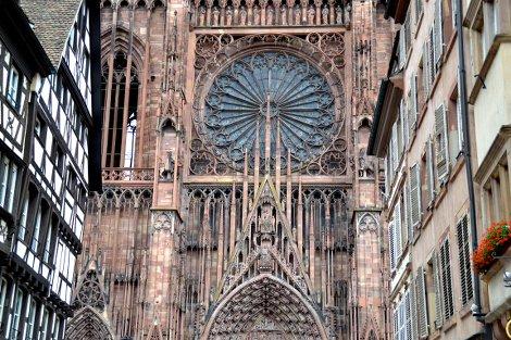 Die Fassade des Straßburger Münsters, links und rechts Fachwerkhäuser