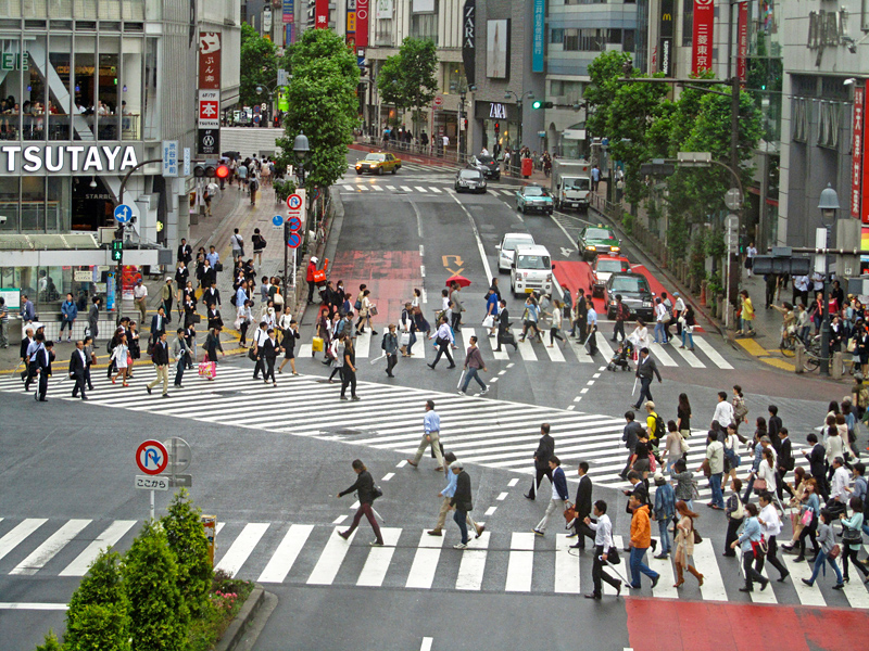 Kreuzung in Shibuya, gerade hat für die Fußgänger die Grünphase begonnen, sie strömen von allen Seiten über die Straße
