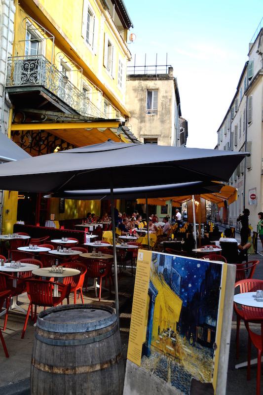 Blick auf das heutige Café de la Nuit in Arles, das mit einem Nachdruck von Van Goghs bekanntem Gemälde wirbt
