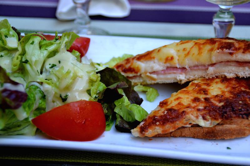 Ein gold-gebratener Croque Monsieur und Salat