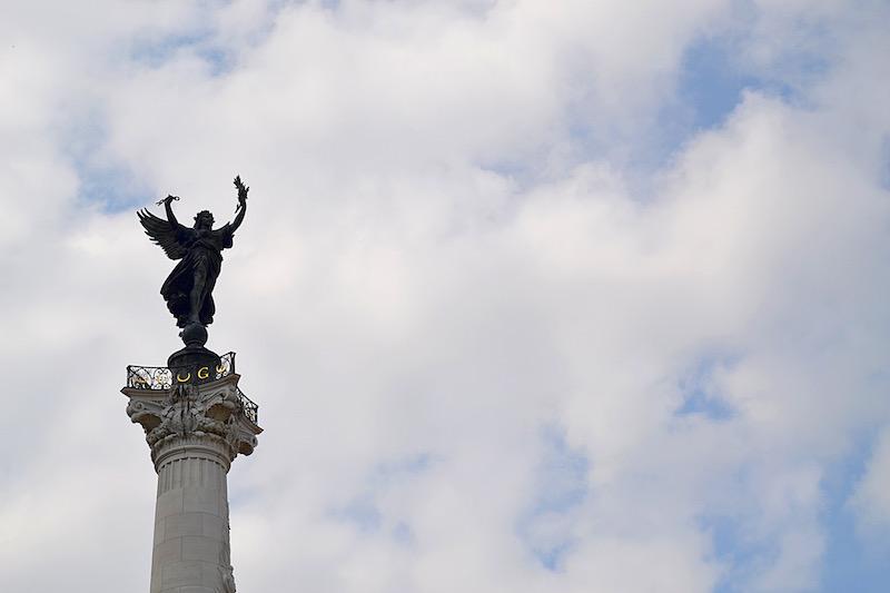 Die Spitze der Siegessäule in Bordeaux zeigt einen Engel - dahinter Himmel und Wolken
