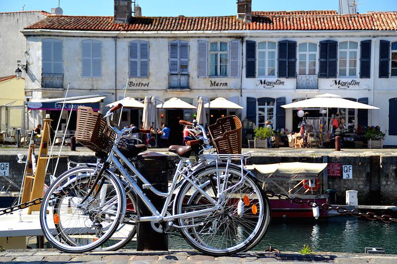 Abgestellte Fahrräder am kleinen Hafenbecken von St. Martin auf der Ile de Ré