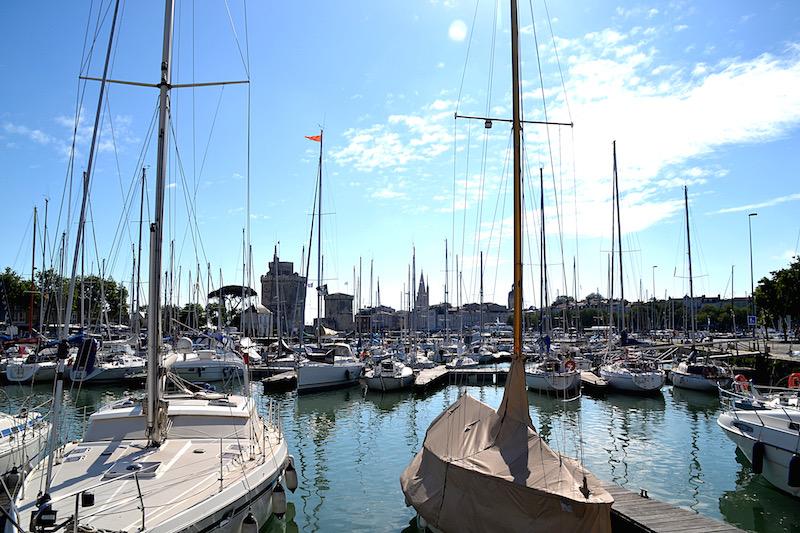 Im alten Hafen von La Rochelle liegen hunderte Segeljachten - im Hintergrund die alten, steinernen Wachtürme an der Hafeneinfahrt