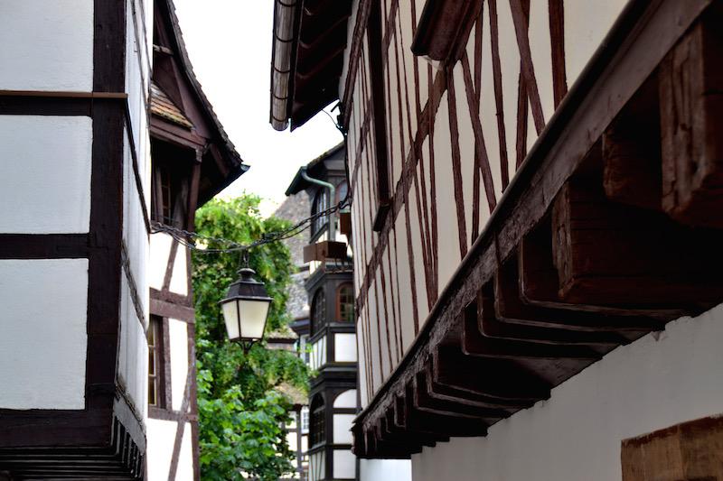 Fachwerkgasse - eine Lampe hängt zwischen zwei alten Häusern
