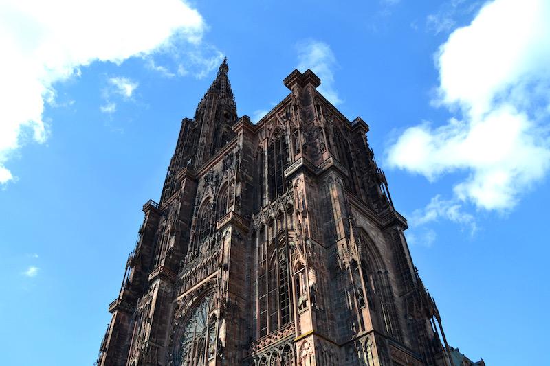 Die Front des Straßburger Münster vor blauem Himmel