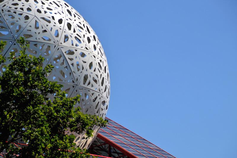 Links die gemusterte Kugel eines der Pavillons von Futuroscope